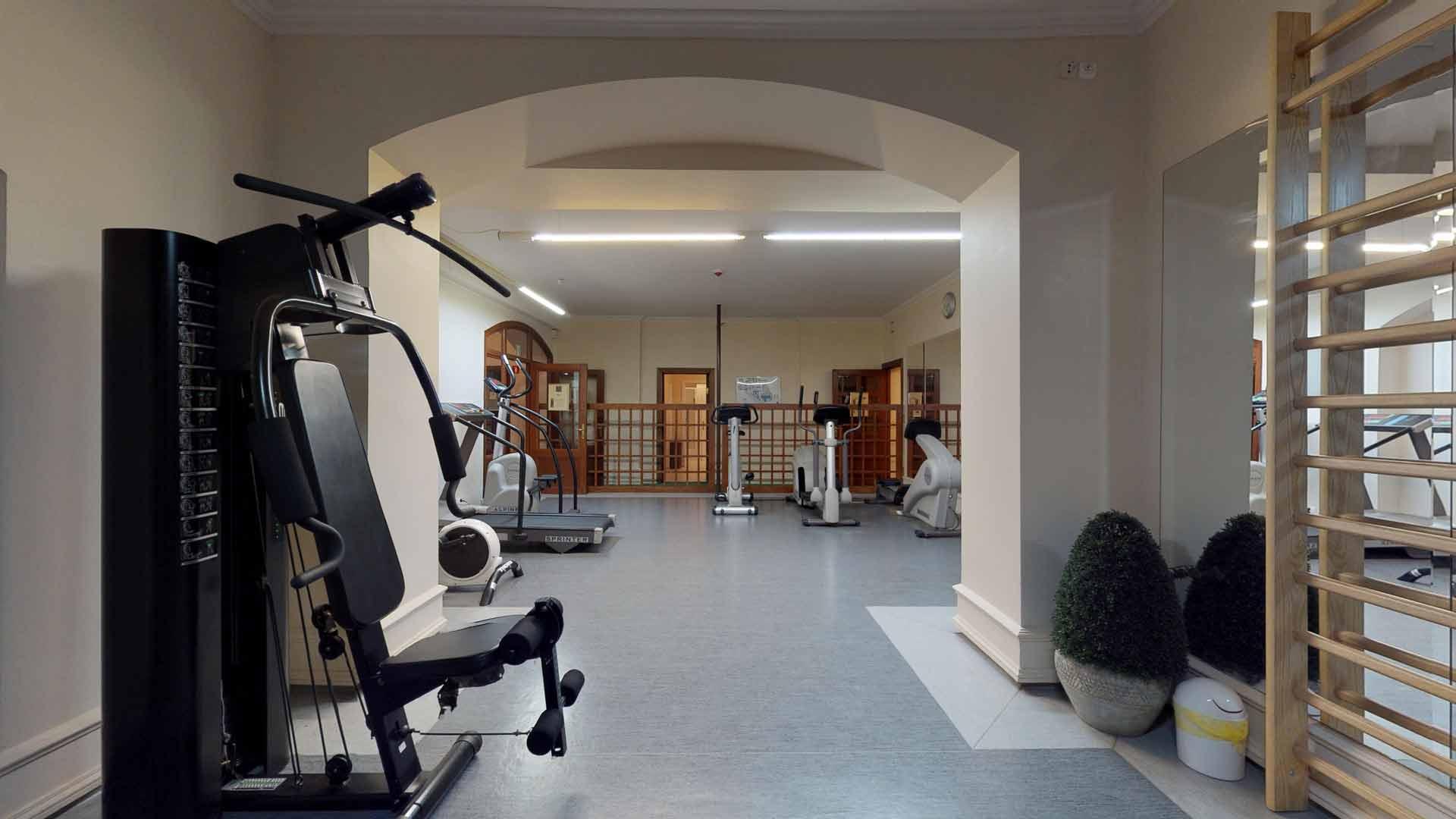 Maszyny w siłowni i strefie fitness w hotelu nad morzem - Bursztynowy Pałac