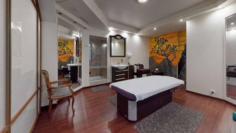 Łóżko do masażu i zabiegów w gabinecie strefy SPA - Hotel Bursztynowy Pałac