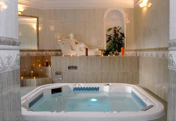 Pomieszczenie z jacuzzi i romantycznymi świecami w hotelu ze strefą SPA - Bursztynowy Pałac